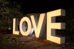 אותיות LOVE מוארות